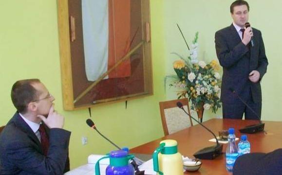 Na dzisiejszej sesji Rady Powiatu Aleksandrowskiego poseł Łukasz Zbonikowski (stoi) poinoformował, że Prokuratura Apelacyjna w Gdańsku wyznaczyła do zajęcia się Januturem Prokuraturę Okręgową w Bydgoszczy. Na zdj. z lewej: Maciej Włoch, prowadzacy obrady wiceprzewodniczący rady.