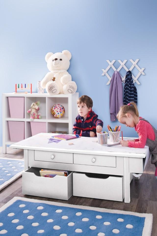 Stolik edukacyjny w pokoju dziecięcymPokój dziecięcy to jedno z najtrudniejszych do urządzenia pomieszczeń w domu. Pomieszczenie to skupia wiele zastosowań, a to rzutuje na skalę trudności jego aranżowania. Przekładając to na życie dorosłych, w czterech ścianach mamy zlokalizowany pokój dzienny, gabinet, sypialnię i garderobę dziecka.