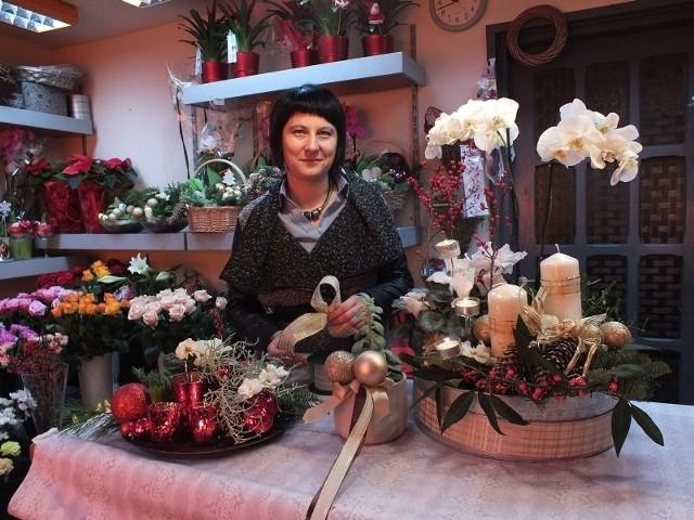 Świąteczne stroiki– Żywe kwiaty świetnie komponują się z bombkami, gałązkami jodły i dekoracyjnego ileksu. Warto pamiętać też o świeczkach – radzi Anna Kopeć, florystyka z kwiaciarni Czerwone Korale.