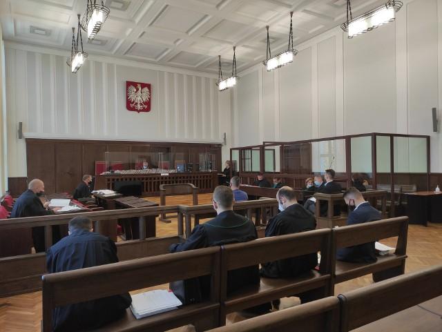 Z wyjątkiem pierwszej rozprawy, na którą stawiło się sześciu oskarżonych (żaden nie przyznał się do winy), postępowanie toczy się bez udziału podsądnych. Ich obecność nie jest obowiązkowa. Przed Sądem Okręgowym w Białymstoku reprezentują ich adwokaci.