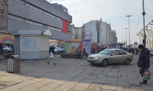 Budki z jedzeniem przed Centralem mają być zastąpione przez jeden pawilon handlowo-usługowy.