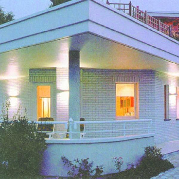 """Oświetlony dom wygląda pięknie. Tyle, że taka """"rozrzutność"""" kosztuje..."""