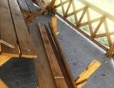 Czerwin. Wandale uszkodzili ławki w altanie przy ulicy Wolności. Reagujmy na takie zachowanie - apeluje samorząd gminy