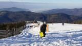 Stoki w Beskidach zamknięte, ale można dostać się na górę... kolejką, terenówką, na nartach, a nawet śmigłowcem