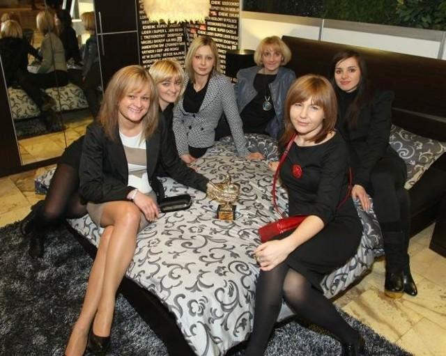 W nietuzinkowy sposób promowały firmę pracownice DEK Meble. Od lewej: Marzanna Zawadzka, dyrektor handlowy, Edyta Chatys, Aleksandra Duda, Anna Chatys, Aleksandra Misiuna i Iwona Kasza.