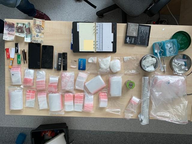 Podczas rewizji przeprowadzonej na terenie gminy Kikół policjanci znaleźli narkotyki oraz akcesoria elektroniczne w ilościach hurtowych