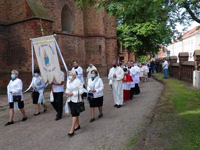 Procesja Bożego Ciała w farze, w Chełmnie. Wierni  przeszli tylko wokół kościoła.