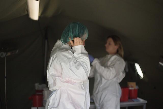 Pewność, że mamy do czynienia z osobą zakażoną SARS-CoV-2 możemy mieć dopiero po wykonaniu odpowiedniego testu.