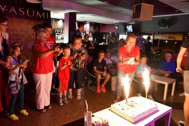 """""""Zmienić życia bieg"""". Pod takim hasłem odbyła się w miniony piątek impreza, której bohaterem był Alex Nowaczyk, 5-letni mieszkaniec Inowrocławia cierpiący na rzadką chorobę, leukodystrofię metachromatyczną. Sposobem na jej powstrzymanie lub spowolnienie jest przeszczep krwiotwórczych komórek macierzystych lub szpiku od dawcy niespokrewnionego. Piątkowa impreza, którą zorganizował Łukasz Zdrojewski wraz z wieloma ludźmi o wielkich sercach,  składała się z dwóch części. Podczas plenerowej, pod halą widowiskowo-sportową można było zarejestrować się w fundacji DKMS, jako dawca szpiku. Była też okazja oddać krew. Wieczorem, w Pubie Kropa, odbyły się koncerty, licytacje i zabawa taneczna. Wystąpili: Coolers, ZaNoZa, Dance Dandi i Duet Szept. Był też wspaniały tort, z którego najbardziej cieszył się mały Alex. (FI)"""