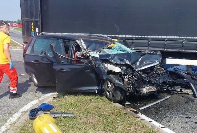 Wypadek w Krapkowicach. Kierowca ciężarowego mana wymusił pierwszeństwo. Ford roztrzaskany!