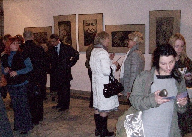 Wystawa cieszyła się dużym zainteresowaniem, a cała sala wypełniona była zwiedzający.
