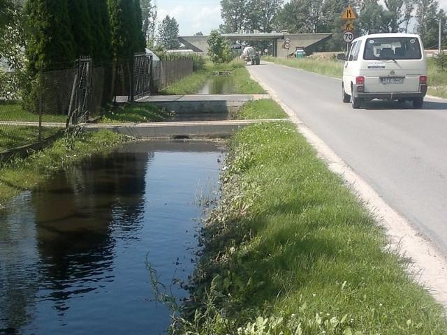 Woda, która stoi przy domach w Dębinie, nie ma ujścia.