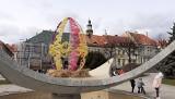Wodzisław Śląski stroi się na Wielkanoc. Palma i wielkie pisanki na Rynku, w parku zające, króliczki, kolorowe wstążki