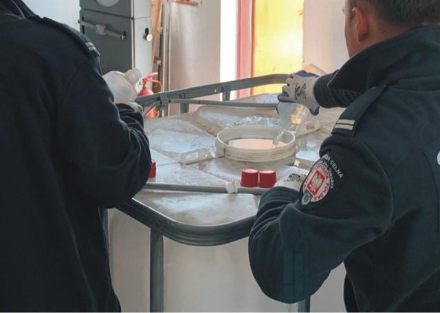 Przekazany przez podkarpacką KAS alkohol został zatrzymany  podczas działań kontrolnych i był przeznaczony do zniszczenia. Dzięki działaniom podjętym przez Izbę Administracji Skarbowej w Rzeszowie i Podkarpacki Urząd Celno-Skarbowy w Przemyślu, teraz może posłużyć do przygotowania środków dezynfekcyjnych.