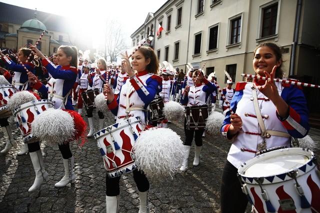 Muzycy z radomskiej Orkiestry Grandioso marzą o wyjeździe do Tajlandii.