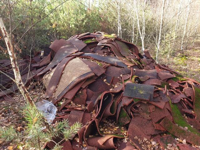 W lesie odnaleziono odpady, które pochodzą z nawierzchni obiektów sportowych budowanych w ostatnich latach na terenie gmin i powiatów.