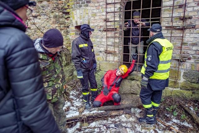 Minęło 17 dni od zaginięcia Michała Rosiaka. W niedzielę rano do Poznania dotarła około 60-osobowa grupa z Turku i okolic. Przyjechali bliscy zaginionego studenta, grotołazi, wolontariusze, strażacy, a wśród nich druhowie z OSP Turkowice, rodzinnej wsi Michała. Do nich dołączyli poznaniacy. Przejdź do kolejnego zdjęcia --->