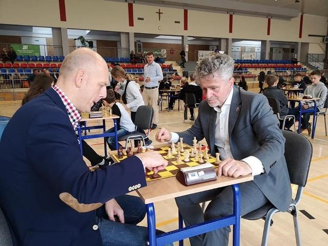 Zmagania rozpoczęli spotkaniem przy stole szachowym senator Krzysztof Słoń i wójt gminy Zagnańsk Wojciech Ślefarski.