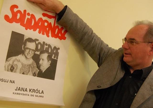 Jan Król z plakatem z czasu, gdy należał do drużyny Lecha Wałęsy.
