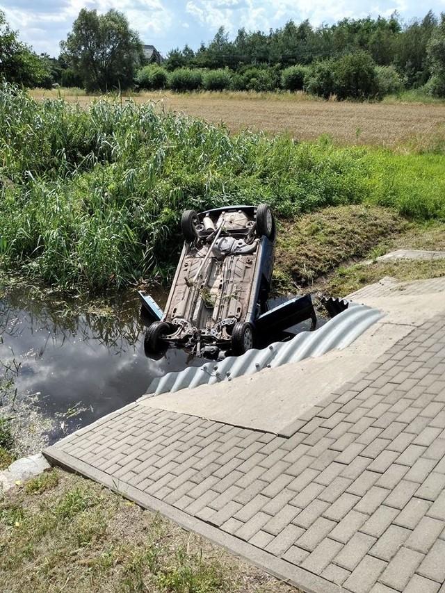 Pijana kobieta straciła panowanie nad samochodem. Auto dachowało i wpadło do kanału