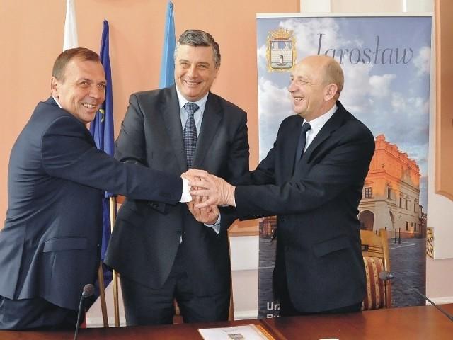 Uroczyste podpisanie umowy o wspólnym przedsięwzięciu turystycznym. Nz. od lewej W.Pohoriełow, A. Wyczawski i J. Batycki.