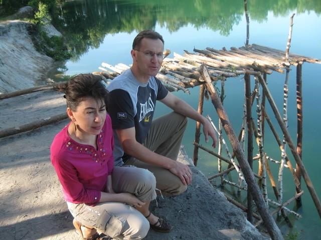 - Skok z takiej wysokości do wody, w której pływają żelastwa doprowadzi do tragedii - mówią Anna i Piotr.