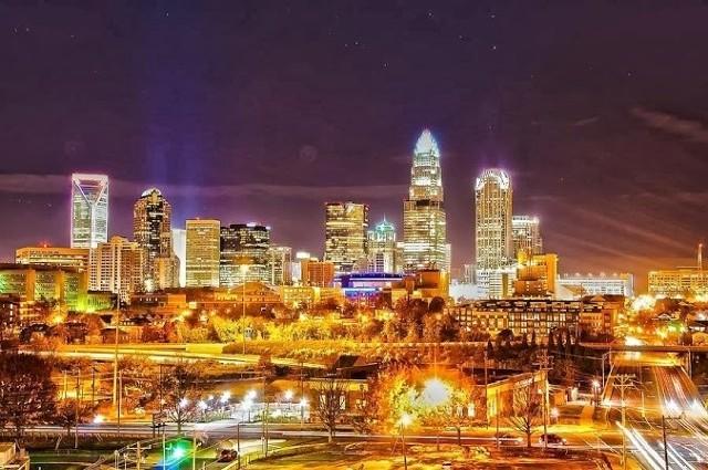 Charlotte to największe miasto stanu Karolina Północna. 1.5% mieszkańców deklaruje pochodzenie polskie