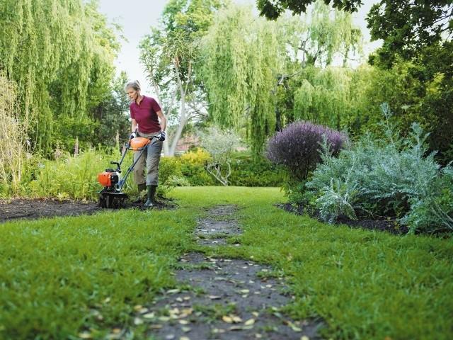 Spulchnianie gleby z użyciem glebogryzarkiGlebogryzarka jest maszyną przydatną podczas uprawy gleby w ogrodzie i na polu.