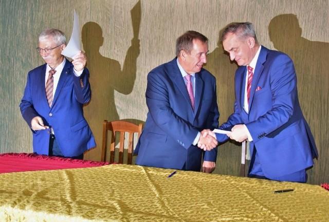 Porozumienie podpisali: prof. zw. Leszek Mrozewicz, dyrektor Instytutu Kultury Europejskiej Uniwersytetu im. Adama Mickiewicza w Poznaniu, starosta Tadeusz Majewski oraz Krzysztof Nowicki, dyrektor szkoły.