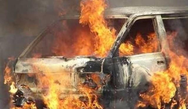 W ręce policjantów z Koluszek wpadł 49-letni mieszkaniec gminy, który w nocy podpalił samochód sąsiada. Między mężczyznami trwa konflikt. 49-latek usłyszał już zarzut zniszczenia mienia, za co grozi do 5 lat pozbawienia wolności.