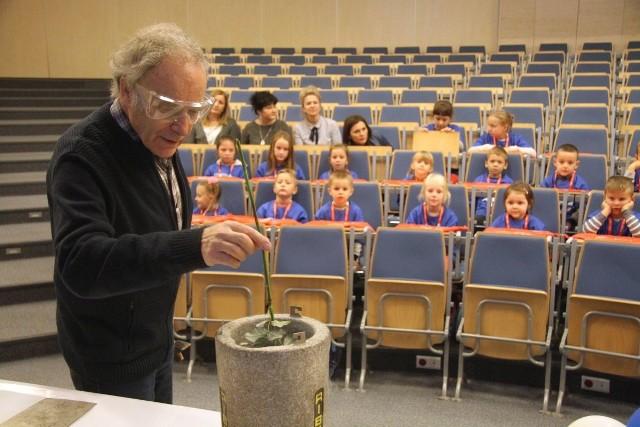 Profesor Andrzej Okiński z Politechniki Świętokrzyskiej na oczach małych widzów przeprowadzał ciekawe eksperymenty.