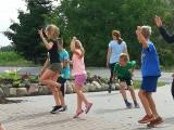 Wydeptali w tańcu cały plac przed świetlicą w Sadłogu. Takie mają, taneczne, wakacje!