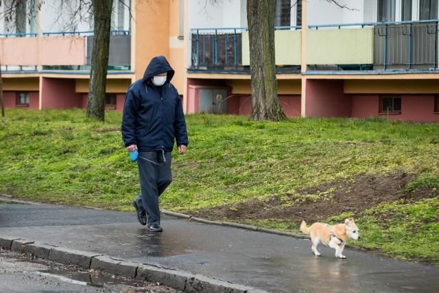 Jak wynika z badań przeprowadzonych przez Ipsos, coraz więcej z nas obawia się, że problem dotknie nas bezpośrednio, umacnia się też przekonanie, że liczba zakażonych w Polsce osiągnie poziom kryzysowy.