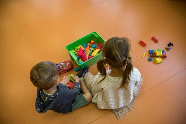 Miejsc w poznańskich przedszkolach jest wystarczająco, ponieważ w skali całego miasta niewielu rodziców zadeklarowało chęć powrotu dziecka do placówki. Dyrektorzy martwią się jednak o to, czy w przypadku, gdy grupa dzieci powracających do przedszkoli będzie się zwiększała, wystarczy nauczycieli.