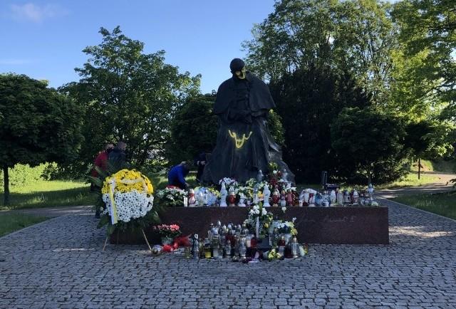W nocy z wtorku na środę w Toruniu doszło do skandalicznego aktu wandalizmu. Sprawcy wzięli na cel stojący nieopodal CSW pomnik Jana Pawła II. Wymalowali nieprzyzwoity rysunek oraz zamalowali twarz. Straż Miejska zatrzymała już podejrzanego o tą dewastację. Wkrótce więcej szczegółów.