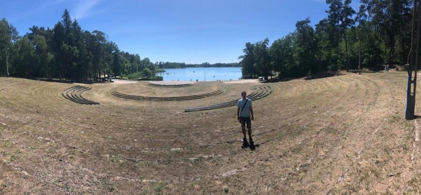 Amfiteatr w Ośnie Lubuskiem nad jeziorem Reczynek
