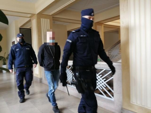 """Oskarżony 34-letni Jakub S. został skazany na 25 lat więzienia za to, że zabił siekierą 24-letniego Gracjana B. - """"Dżordana"""", a zwłoki ukrył w studni. Wyrok zapadł w piątek 23 kwietnia w Sądzie Okręgowym w Łodzi. Na razie jest nieprawomocny."""