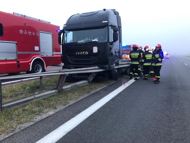 W piątek, 14 czerwca około godz. 4 rano na autostradzie A2 niedaleko Poznania tir jadący w kierunku Świecka uderzył w barierę oddzielającą obie nitki trasy. Na szczęście nikt nie został ranny i zdarzenie zakwalifikowano jako kolizję, a nie wypadek. Zdarzenie spowodowało czasowo zablokowanie lewego pasa w kierunku Świecka. Zobacz więcej zdjęć ---->