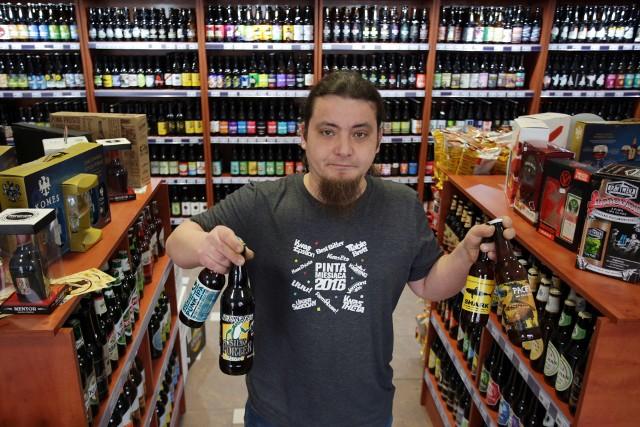 Krystian Bogusiak mówi, że w ofercie Browarium jest 800 gatunów piw.