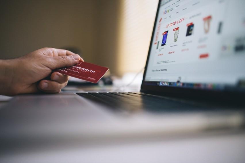 Obecna sytuacja epidemiologiczna sprawia, że coraz więcej osób robi zakupy w Internecie, w tym także seniorzy. Warto zadbać o to, aby były one bezpieczne. Wprowadzone obostrzenia spowodowały przeniesienie znacznej części handlu do Internetu. Zakupy w sieci są nie tylko wygodniejsze, ale również bezpieczniejsze dla naszego zdrowia. Z tego też względu należy mieć na uwadze kilka podstawowych zasadach ostrożności. Jak robić zakupy przez Internet?