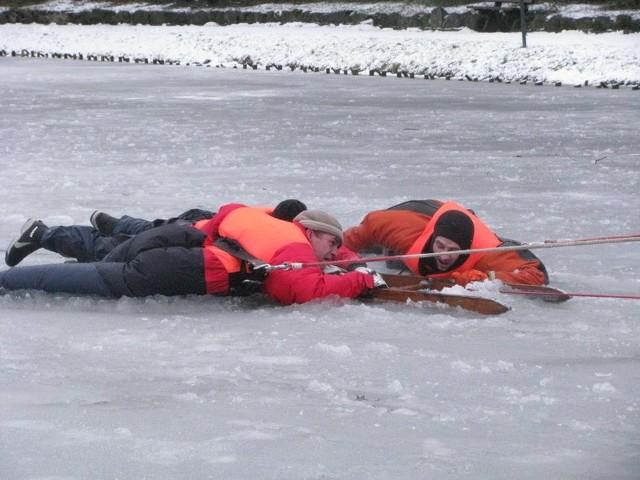 Pod czlowiekiem zalamal sie lód - pokazy ratownictwa w Leborku.