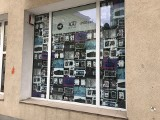 """Wystawa młodej sztuki w oknie. Uniwersytet Artystyczny przedstawia wystawę nowego zina """"Dyslokacje: w galerii Curators'Lab"""