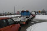 Problem z wyjazdem z ulicy Transportowców w Łódzką w Kielcach. Tworzą się wielkie korki [ZDJĘCIA]