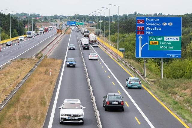 Utrudnienia na autostradzie A2. Doszło tam do zderzenia samochodu osobowego z busem. Dwie osoby zostały poszkodowane. Z ruchu wyłączony jest jeden pas.