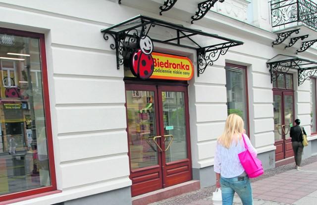 Kilka dni temu zamontowano szyld dyskontu Biedronka na stuletniej kamienicy przy ulicy Sienkiewicza w Kielcach. Otwarcie tuż-tuż.
