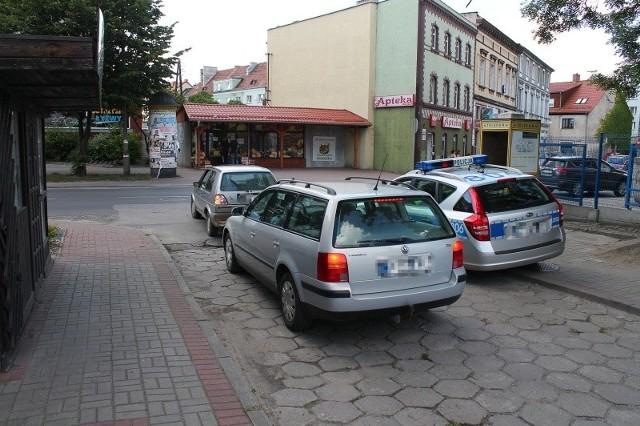 Na ul. Marka Prawego policjanci zaparkowali radiowóz na chodniku, tarasując częściowo drogę dojazdową do pobliskich bloków. I rozsierdzili tym kierowców, którzy mieli utrudniony wyjazd.