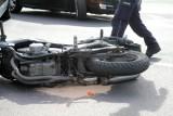 Wypadek na przejeździe kolejowym w Bydgoszczy. Motocyklista zderzył się z osobówką