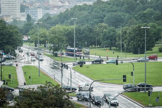 W ubiegłym tygodniu wyłoniono wykonawcę prac związanych z rozbudową ul. Kujawskiej w Bydgoszczy. Obecnie trwa wyburzanie pierwszych budynków, które kolidują z kolidują z rozbudową ul. Kujawskiej oraz Zbożowego Rynku.