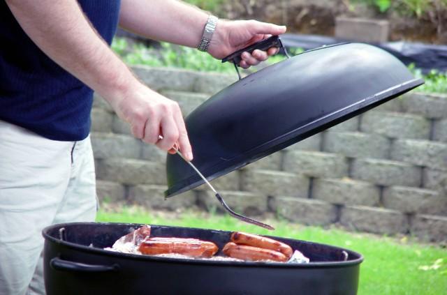 GrillowanieSezon na grilla rozpoczęty. Zawsze jednak można udoskonalić sztukę grillowania. Wskazówka eksperta – zanim nałożysz mięso i inne przysmaki na rozgrzany ruszt, zadbaj, aby miały temperaturę pokojową.