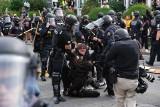 USA: Krwawe zamieszki w Kentucky, dwóch policjantów postrzelonych, Gwardia Narodowa czeka na rozkaz (VIDEO)